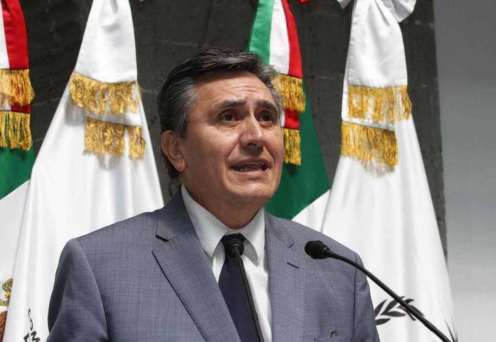 El presidente de la CNDH, Luis Raúl González Pérez, entregó el Premio Nacional de Derechos Humanos 2014 frente al presidente Enrique Peña Nieto. (Foto de contexto de Notimex)