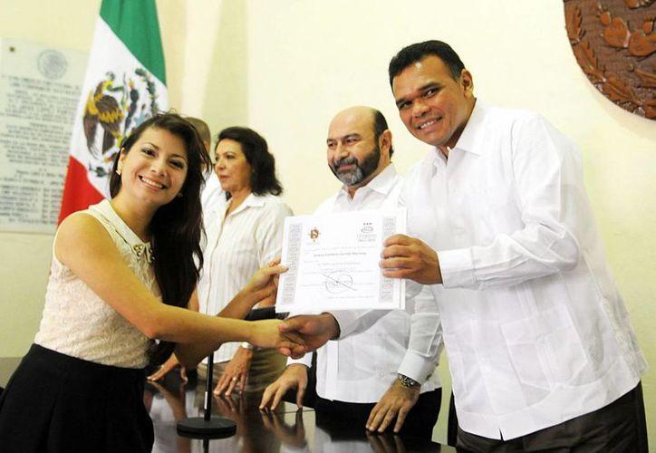 Rolando Zapata entregó ayer reconocimientos a jóvenes que participaron en el Primer Taller Legislativo Universitario. (Cortesía)