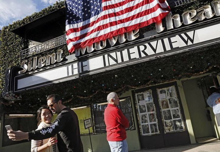 "Una pareja se toma una selfie frente al Silent Movie Theater en Los Angeles antes de entrar a una función de ""The Interview"". (Agencias)"