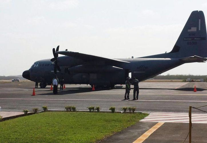 """El avión 'cazahuracanes', matrícula AFRC 65301, llegó hoy por la mañana al aeropuerto internacional de la ciudad de Mérida """"Manuel Crescencio Rejón"""". (Candelario Robles/SIPSE)"""