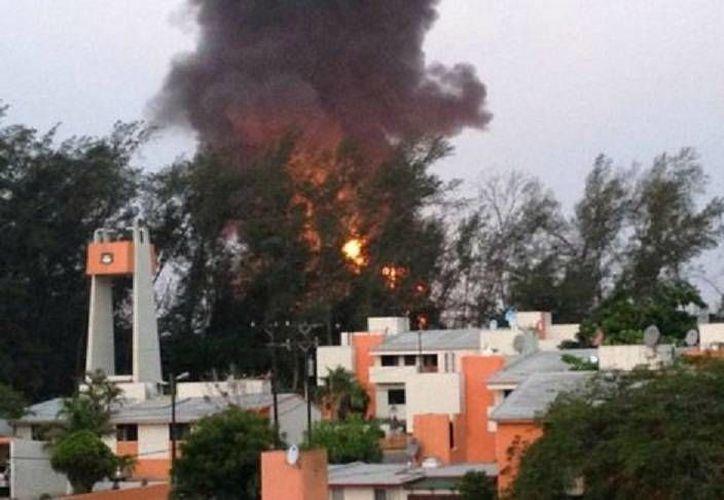 El incendio inició anoche en un tanque de almacenamiento de gasolina en la refinería de Ciudad Madero. (Milenio/foto tomada del Twitter @julio_arroyo83)