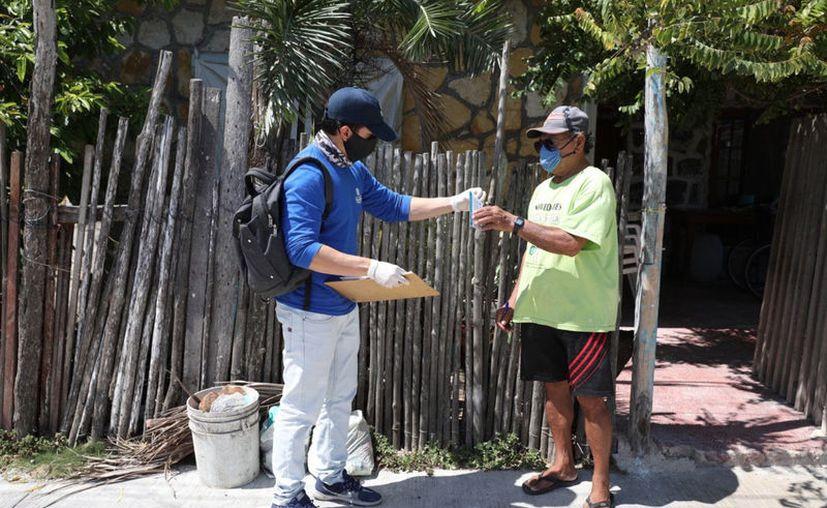 Los brigadistas llevan el recurso a la casa de los pescadores. (Novedades Yucatán)