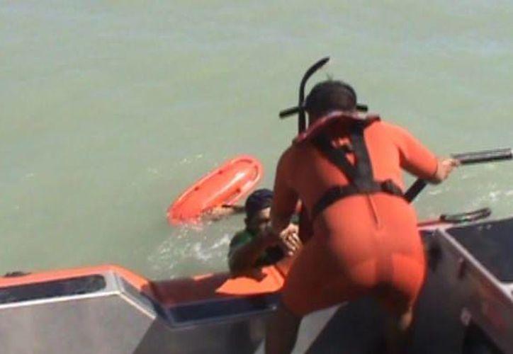 Elementos de la Estación Naval de Búsqueda y Rescate de la Armada de México en Progreso salvan a turista que estuvo a punto de ahogarse. (Óscar Pérez/SIPSE)