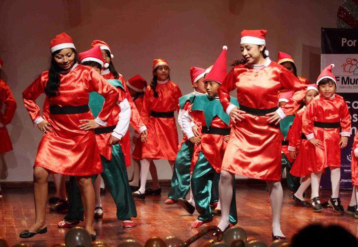 El festival navideño del programa Construyendo Familias, ayer en el Centro Cultural Olimpo. (SIPSE)