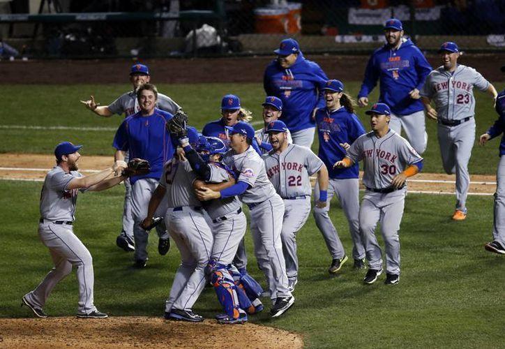 Mets de Nueva York celebran su calificación a la Serie Mundial tras haber barrido 4-0 a Cachorros de Chicago en la final de la Liga Nacional. (AP)