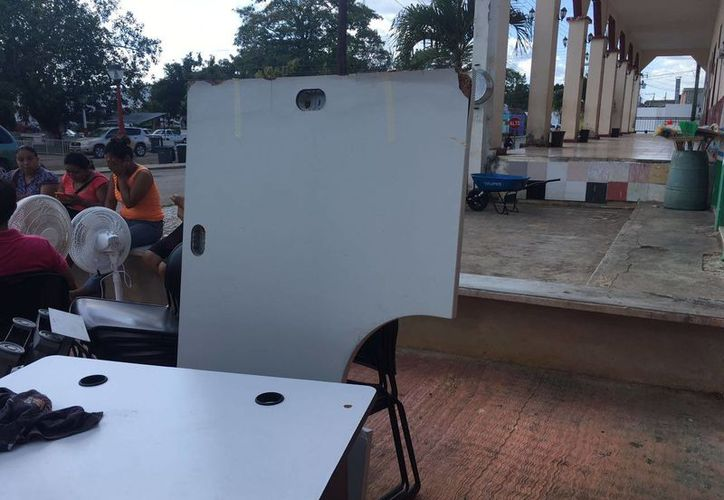 Parte del mobiliario que fue sacado de las oficinas. (Raúl Balam/SIPSE)