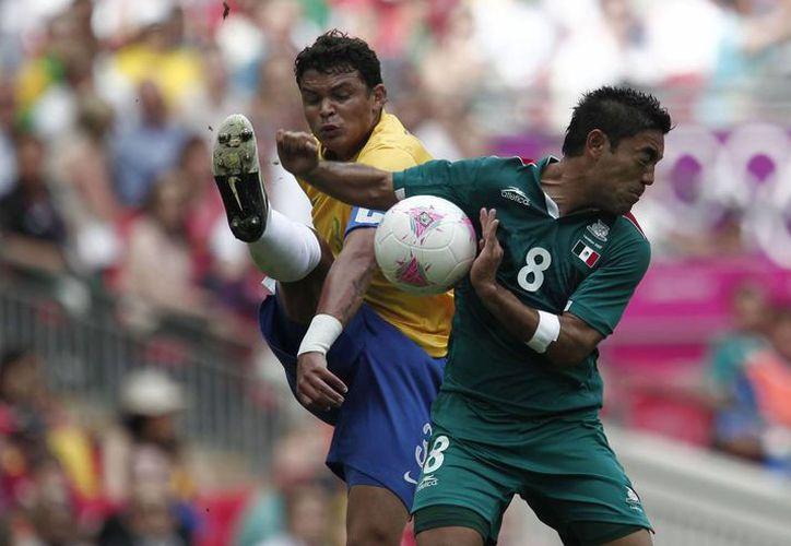 La Selección mexicana de futbol descendió 2 lugares en el ranking mundial de FIFA. La imagen, del partido México vs. Brasil en los Juegos Olímpicos, está utilizada solo como contexto. (NTX/Archivo)