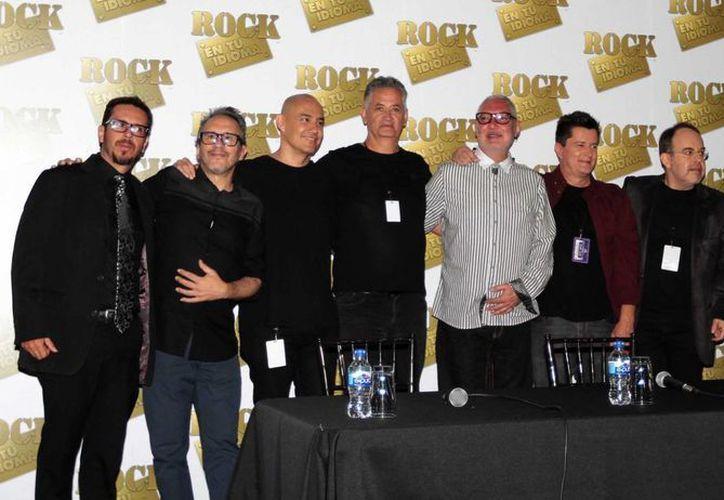 Parte de los integrantes del 'Rock en tu idioma sinfónico', quienes montarán este show el próximo 30 de enero en el Teatro de la Ciudad Esperanza Iris. (Archivo Notimex)