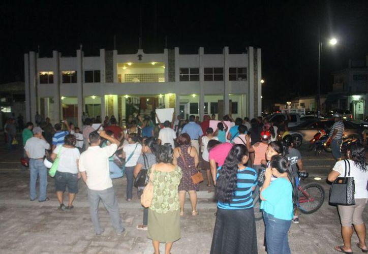 Los ciudadanos carrilloportenses marcharon con lámparas en la mano y veladoras, así como pancartas. (Jesús Caamal/SIPSE)