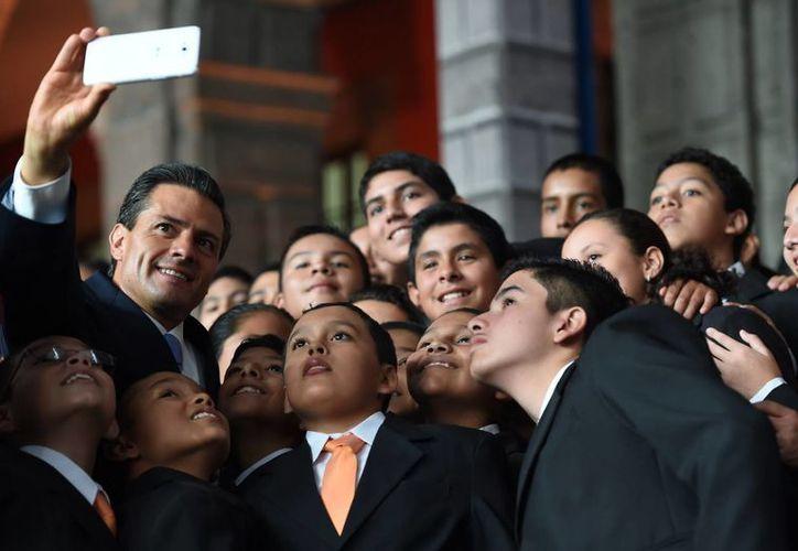 Peña Nieto estuvo hace unos días con campeones de la Olimpiada del Conocimiento Infantil 2014. (Foto de contexto de Notimex)