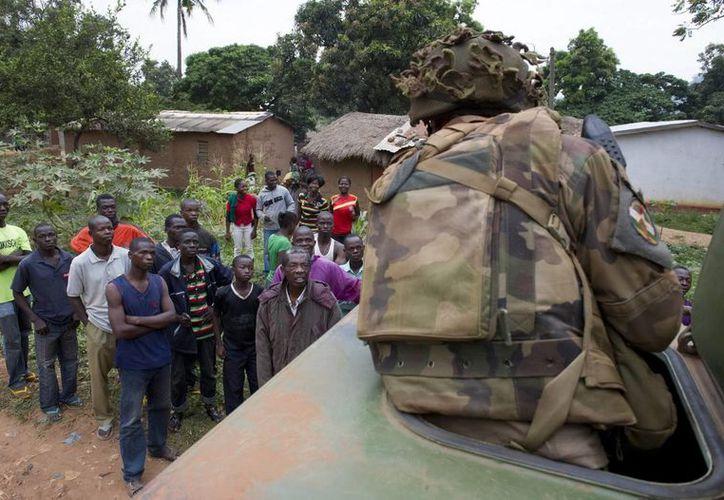 Soldados franceses vigilan una calle de Bangui durante la Operación Sangaris, en la República Centroafricana. (EFE)