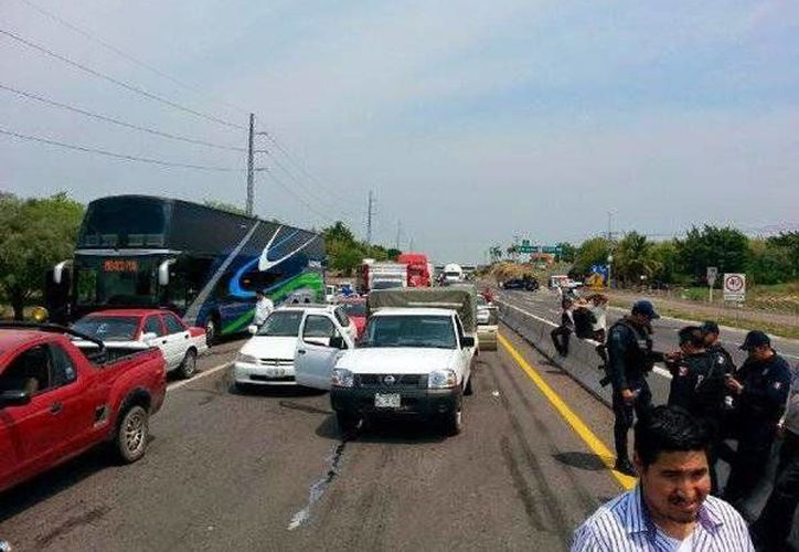 Tras las detenciones de personas allegadas a 'El Americano' fueron bloqueados tres puntos carreteros. (twitter.com/DiarioCoahuila)