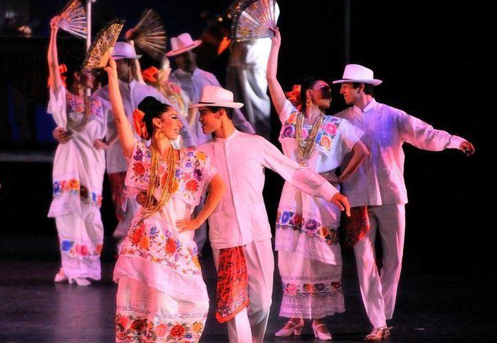 Estampa de la jarana yucateca, del Ballet Folklórico de Amalia Hernández, durante sus presentaciones en el London Coliseum, en Londres, Inglaterra. (Archivo Notimex)