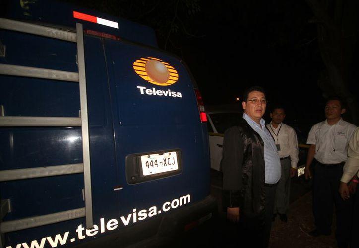 El Juez Edgar Altamirano, inspeccionó este jueves una camioneta con el logo de Teleivisa en Nicaragua. (Agencias)
