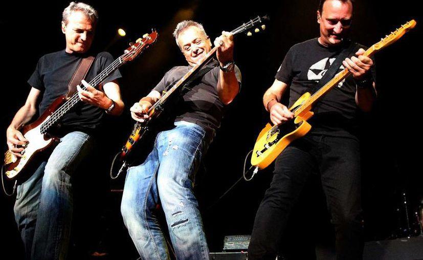 Los Hombres G relanzaron su disco debut y otros materiales inéditos a los 30 años del inicio de la banda, en la imagen los españoles durante un concierto en México. (Notimex)