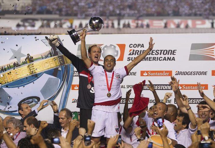 Los jugadores del Sao Paulo celebran el título tras la negativa de los argentinos de salir al campo de juego. (Foto: EFE)