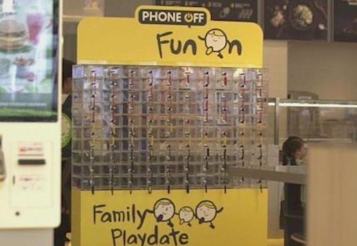 El 98 por ciento usan su dispositivo móvil cuando están en familia según una encuesta. (Univisión)
