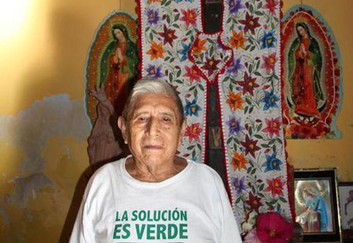 'Don Panchito' señala que fue un regalo de su tío hace más de 60 años cuando vivía en la comunidad de Chaksinkín. (Tony Blanco/SIPSE)