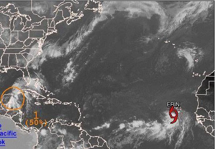 En esta imagen de satélite el Centro Nacional de Huracanes  muestra que la onda tropical pierde intensidad frente a costas de Quintana Roo. (SIPSE)