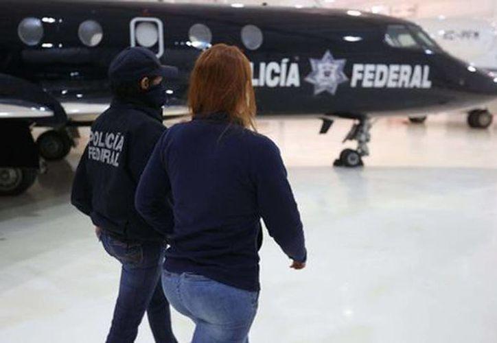 La diputada Lucero Guadalupe Sánchez a su llegada a la Ciudad de México para ser trasladada a la Seido donde es interrogada por su presunta relación con 'El Chapo'. (Milenio)