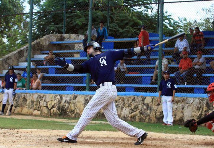 El azulejo Efrén Espinoza, entre los mejores bateadores del circuito de la Meridana de Invierno. (Milenio Novedades)