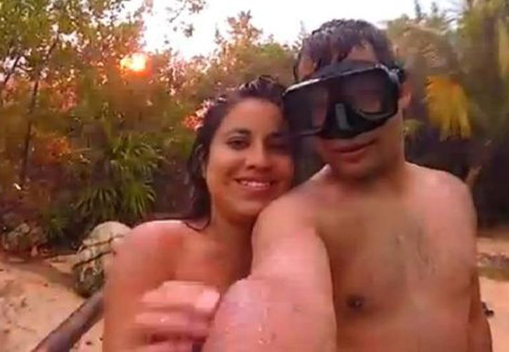Luis Morales y su novia sonreían cuando cayó el rayo detrás de ellos en Akumal. (Captura de pantalla de YouTube)
