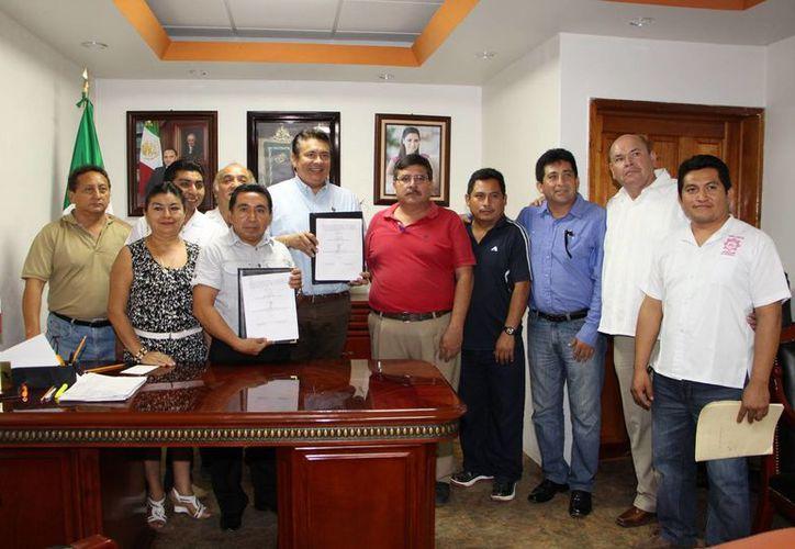 El alcalde y el secretario general de la sección XXV del SNTE firmaron un convenio. (Raúl Balam/SIPSE)