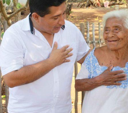 Candidato del distrito 12 platica con habitantes de zona maya