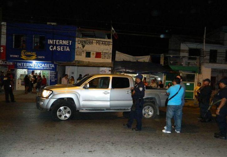La camioneta quedó abandonada sobre la avenida Miguel Hidalgo, aparentemente los presuntos delincuentes se dieron a la fuga. (Redacción/SIPSE)