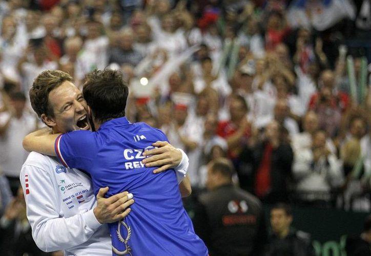 Radek Stepanek (der.) celebra con Tomas Berdych el segundo campeonato consecutivo de Copa Davis de la República Checa, hoy en Belgrado, Serbia. (Agencias)