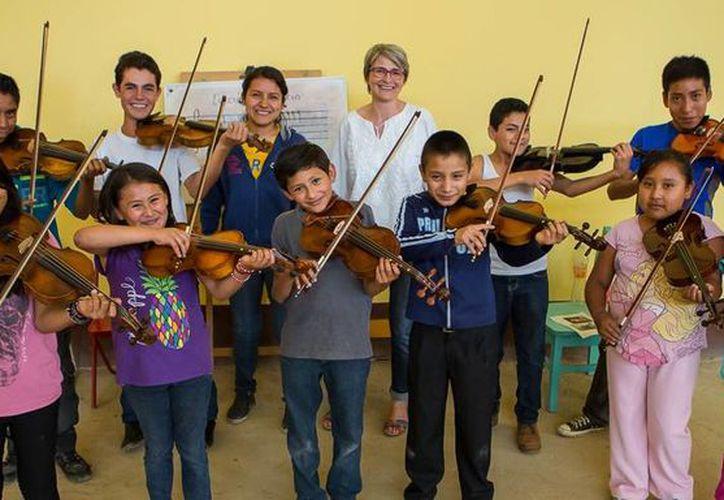 Imagen de la pilota de Air France, Isabelle de Boves, benefactora de la escuela de música de la colonia Vicente Guerrero.(sucedioenoaxaca.com/BrijtRF)