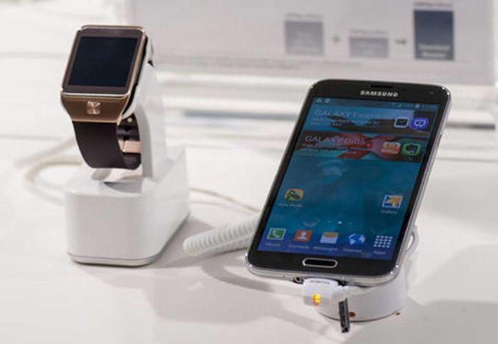 """Samsung está desarrollando un reloj inteligente o """"smartwatch"""", con el que se pueden hacer o recibir llamadas sin tener que estar vinculado con un teléfono móvil. (shutterstock.com)"""