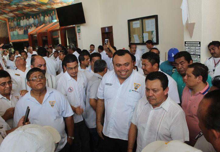 Dirigentes de los 17 sindicatos de taxistas en el Estado, se presentaron en el Recinto del Congreso del Estado de Quintana Roo ayer. (Enrique Mena/SIPSE)