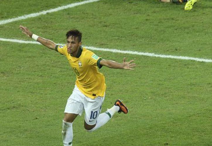 Neymar celebra su gol en la final. Detrás, el abatido Iker Casillas. (Agencias)