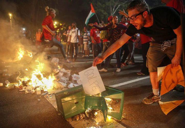 Simpatizantes de la presidenta brasileña suspendida Dilma Rousseff protestan en la avenida Paulista, en Sao Paulo. (EFE)