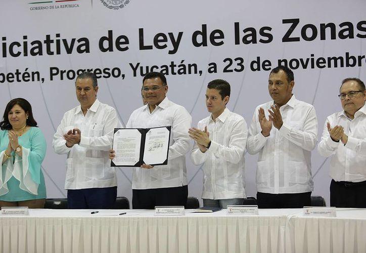 El gobernador de Yucatán anunció este miércoles la donación de una superficie de unas 300 hectáreas en Progreso que forman parte de un proyecto par que la entidad entre a Zonas Económicas Especiales. (Foto cortesía del Gobierno estatal)