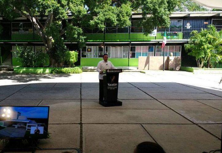 Rolando Zapata Bello transmite su IV informe de gobierno por medio de redes sociales. (Grettel Mac/SIPSE Noticias)