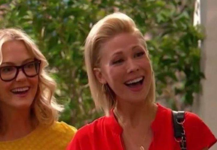 """De acuerdo con Disney Channel, la inclusión de los """"padres"""" que son dos mujeres en la serie <i>Good Luck, Charlie</i>se realizó con asesoría de expertos en desarrollo infantil. (on.aol.com)"""
