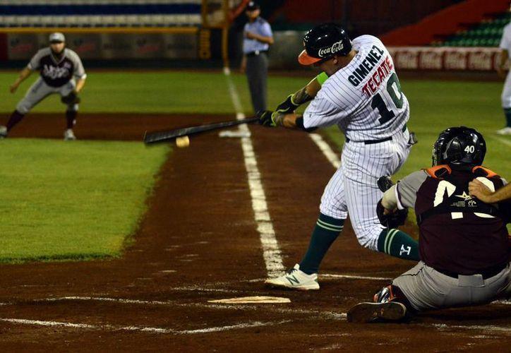 Leones sigue con buen paso en el cierre de la temporada de la Liga Mexicana de Beisbol. En la foto, Héctor Giménez choca la bola ante los envíos de Éder Llamas.(Milenio Novedades)