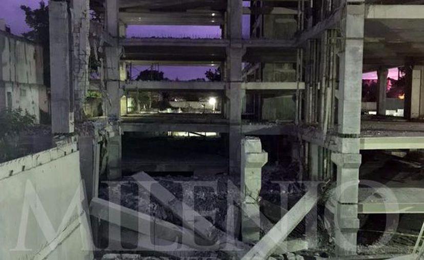 Siete pisos en construcción se vinieron abajo sobre un grupo de albañiles que todavía no terminaba sus labores del día. (Imágenes/Milenio Novedades y C. Navarrete)