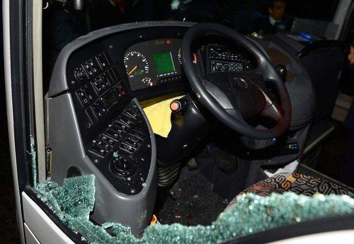 En el ataque al autobús del club Fenerbahce resultó herido el chofer, que manejaba mientras el vehículo iba a 110 kilómetros por hora. (lavozdegalicia.es)