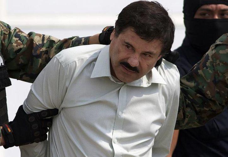 Momento en el que 'El Chapo' es trasladado a un helicóptero de la Policía Federal. (Agencias)