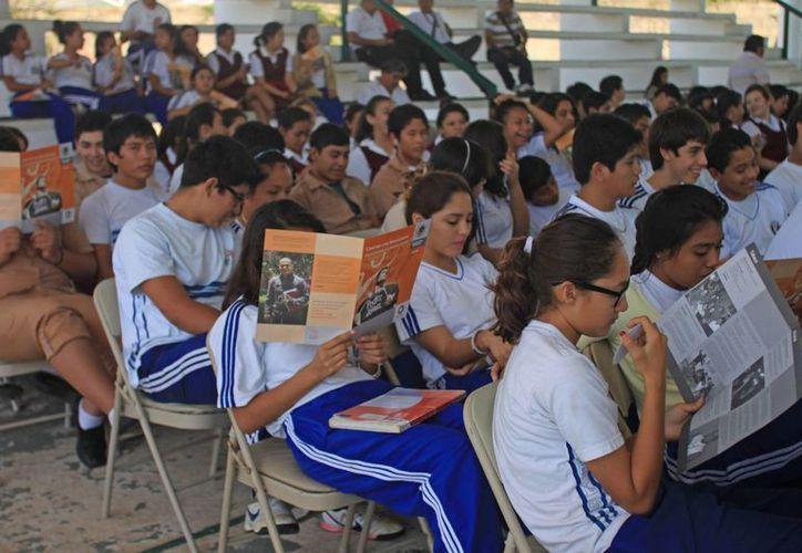 Alrededor de 200 estudiantes de la escuela secundaria Adolfo López Mateos de Chetumal, participaron en las pláticas y conferencias relacionadas a la prevención de la desorientación. (Enrique Mena/SIPSE)