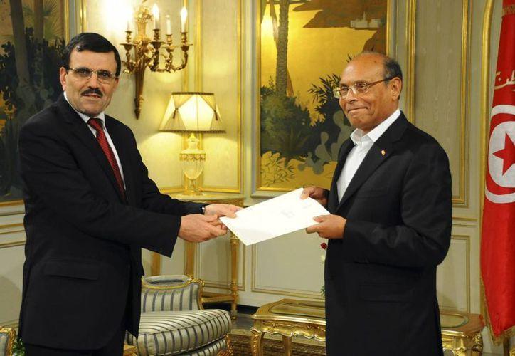 El primer ministro de Túnez, Ali Larayedh, a la izquierda, presentó su renuncia al presidente Moncef Marzouki. (Agencias)