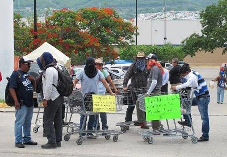 Profesores disidentes permanecerán el cerco en las tiendas departamentales hasta las nueve de la noche. (Issa Maldonado)