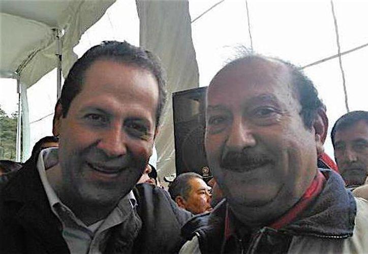 El séptimo regidor del Ayuntamiento de Amatepec, César Ramírez Vargas, de 68 años de edad, fue asesinado a balazos en Tejupilco. Imagen del fallecido con el gobernador del Estado de México Eruviel Ávila Villegas. (afondoedomex.com)