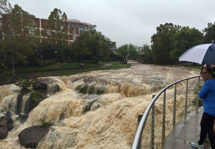 El paso del huracámn 'Joaquín' por la costa atlántica de EU provocó intensas inundaciones en Carolina del Norte y la del Sur. (EFE)