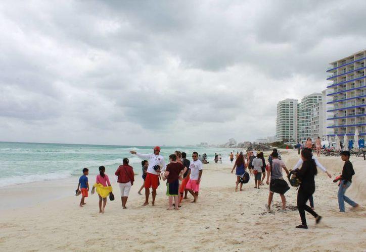 Los visitantes acudieron a divertirse en las diferentes playas. (Luis Soto/SIPSE)