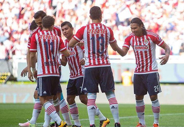 Las Chivas regresan a la liguilla del futbol mexicano tras vencer a los Dorados de Sinaloa este domingo en el Estadio Omnilife. (Mexsport)