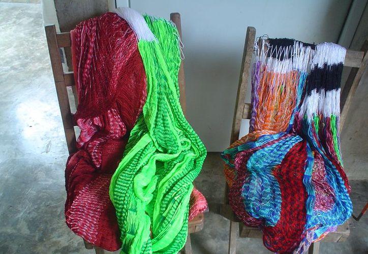Mujeres campesinas de comunidades indígenas  trabajan en proyectos de tejido de hamacas. (Carlos Yabur/SIPSE)